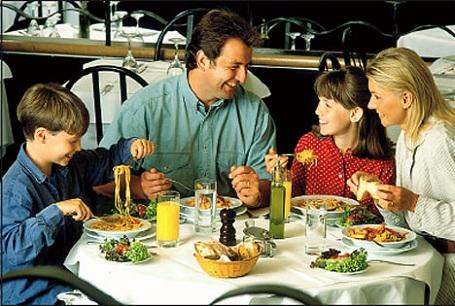 A családi asztalnál való beszélgetés növeli a gyerekek magabiztosságát