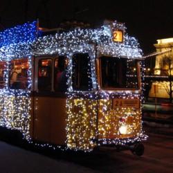 Karácsonyi díszvillamos zakatol Budapesten