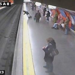 Egy nő a metró elé zuhant, de túlélte – videó