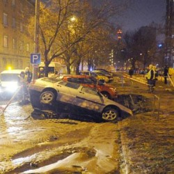 Elnyelt egy autót a föld a 13. kerületben