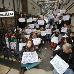 Tüntetők törtek be a Fidesz székházába